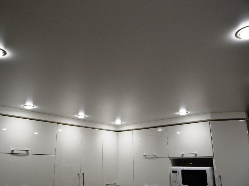 самый натяжные потолки матовые на кухню фото такой вид икон